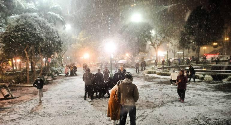Amanhecer com registro de neve na cidade de Caxias do Sul, no Rio Grande do Sul, na quinta-feira (29)