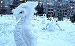 Este dragão foi feito em três partes, como se estivesse com parte do corpo submerso. A ponta da cauda está lá atrás, depois vê-se uma parte de seu corpo com suas patas e, por fim, nota-se a frente com seu rosto
