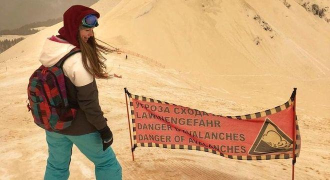 Mulher sobre prancha de snowboard na Rússia: Fenômeno intrigou pessoas no país