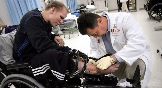 Inicialmente, os médicos amputaram somente a perna esquerda de Nevins. Mas depois de três anos sofrendo de dor constante e várias infecções, ele decidiu amputar também a perna direita
