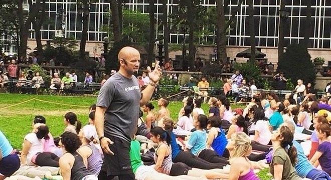 Nevins percorre o mundo dando aulas de ioga, não apenas para outros veteranos de guerra como ele Esportes e Monte Kilimanjaro