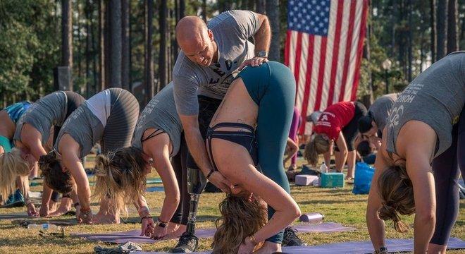 'Eu sempre digo, convide alguém que você sabe que precisa de ajuda a fazer ioga. Você pode salvar sua vida. Foi o que aconteceu comigo', diz Nevins