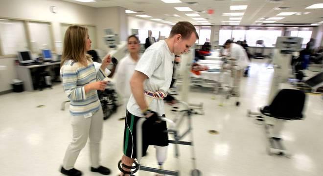 Nevins passou 22 meses internado e foi submetido a 36 cirurgias ao longo de uma década