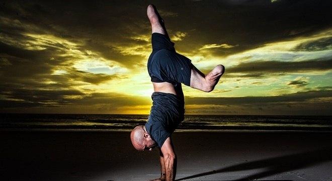 Uma amiga de Nevins que era instrutora de ioga conseguiu convencê-lo a fazer três aulas. No início, ele sentia dor e não conseguia se equilibrar, até que decidiu remover as próteses