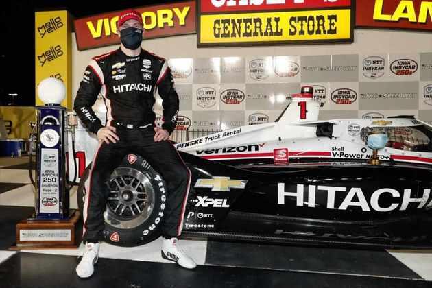 Newgarden finalmente quebrou o jejum de vitórias. Subiu no lugar mais alto do pódio na corrida 2 de Iowa, com Dixon em quinto