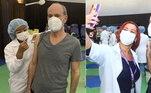 Ney Matogrosso também recebeu a segunda dose da vacina contra a covid-19, no dia 24 de maio, na zona sul do Rio de Janeiro. O cantor publicou uma foto do momento em que tomou o imunizante e escreveu uma breve legenda: 'Segunda dose'