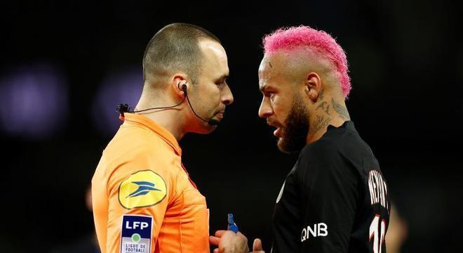 Neymar não tomou cartão amarelo pela carretilha. Mas por desrespeitar o árbitro