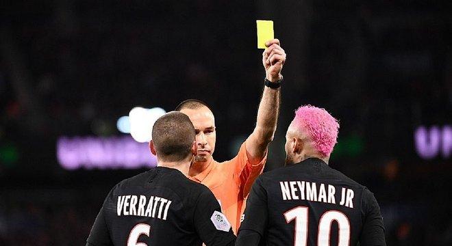 Brasileiro discutiu com o árbitro antes do amarelo. Só não viu quem não quis