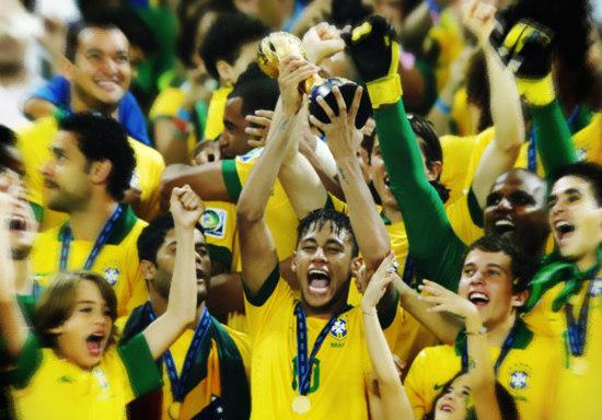 Neymar foi campeão com o time principal em 2013. Venceu a Copa das Confederações