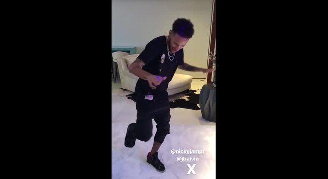 Neymar dançando, sem muletas, mesmo com o pé imobilizado. Absurdo