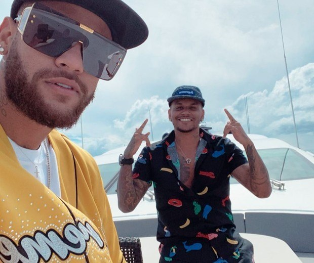 Neymar em um iate, com amigos. Sem máscara outra vez