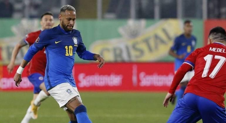 A 'camisa G' grudou na barriga de Neymar. Visivelmente fora de forma contra o Chile