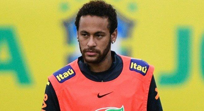 A tensão com a acusação de estupro é evidente no semblante de Neymar