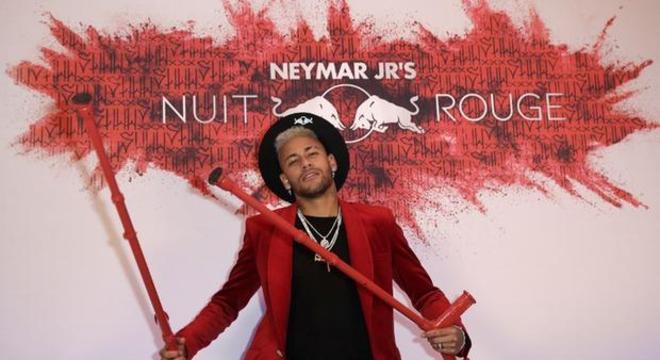 Assim Neymar posou com muletas. Tudo que o PSG não quer ver de novo