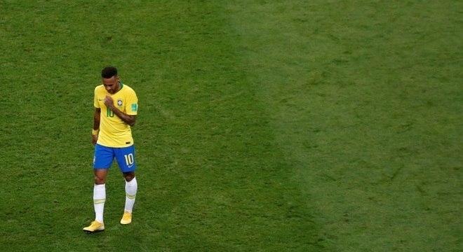 Cabisbaixo, Neymar lamenta chance perdida na derrota para a Bélgica