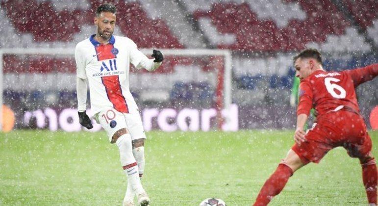 Neymar, no momento do passe para o primeiro gol de Mbappé