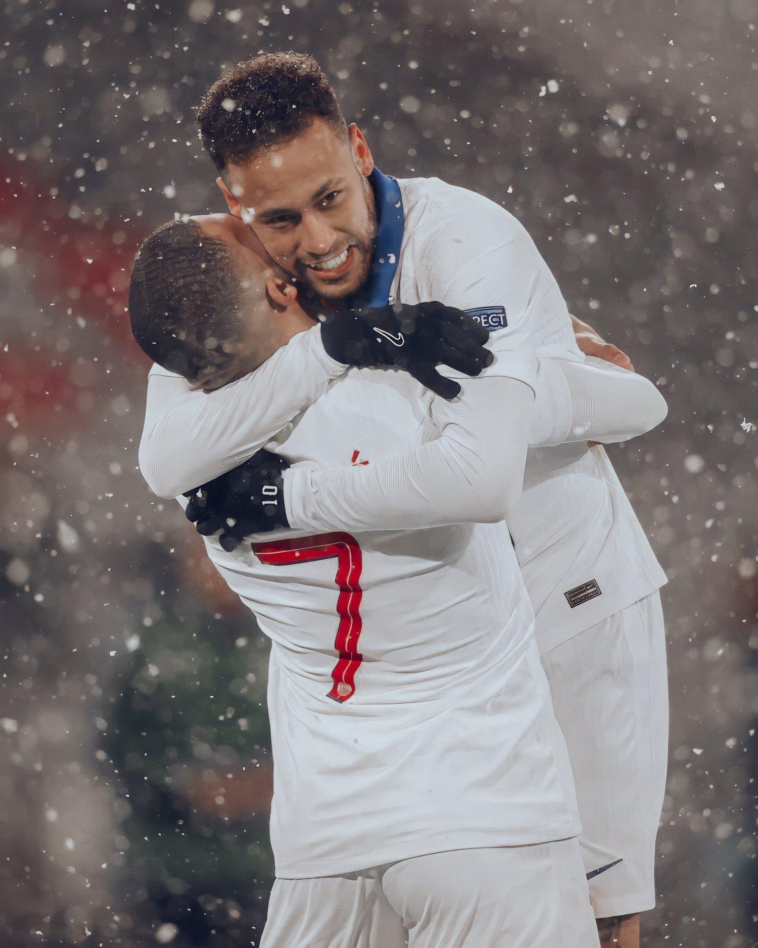 Neymar abraçado a Mbappé. O brasileiro hoje jogou pelo time. Deu duas assistências