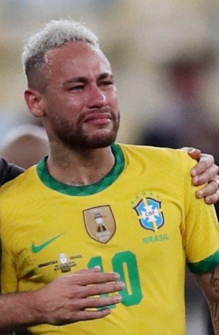 Neymar chorando com a camisa da Seleção. Como na Copa, outra vez, decepção