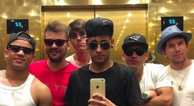 Neymar e seus parças. Pelo mundo todo, acompanhado pelos amigos da infância