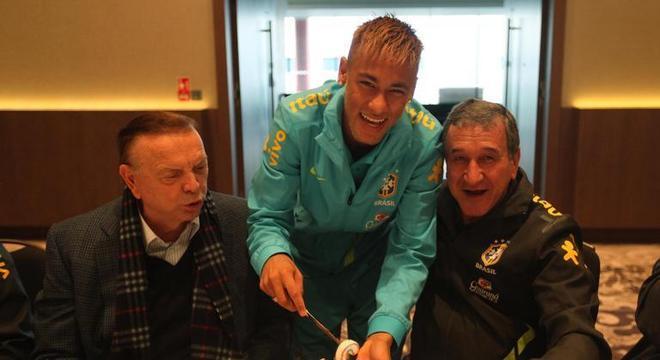 O mimo exagerado, sem medida,  de Parreira a Neymar continua