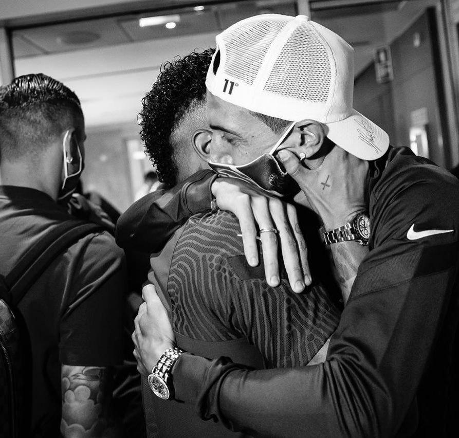 Neymar recebe todo o carinho do argentino Di Maria. Brasileiro pode sonhar