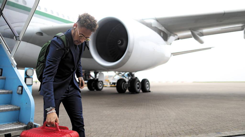 Neymar. Veio, mostrou que está contundido. E agora volta para Paris