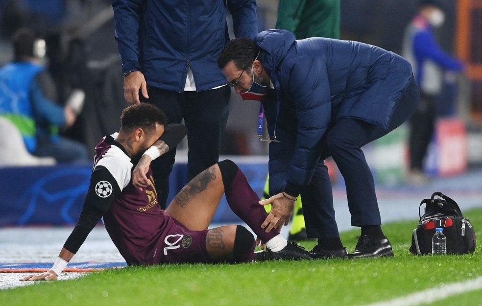 Neymar chorando, contundido. O PSG avisou. Mas ele teve de vir, à toa