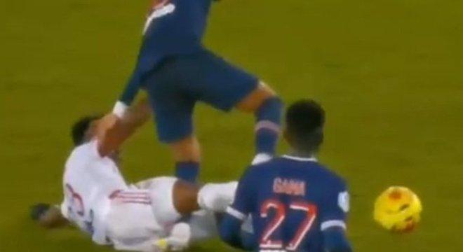 Neymar sofreu entrada violentíssima de Thiago Mendes e saiu chorando do jogo