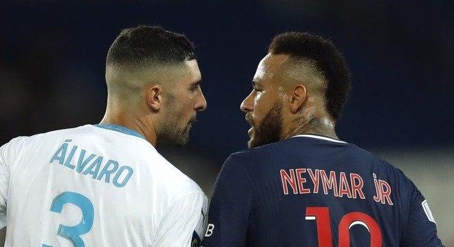 Neymar discutiu com zagueiro espanhol durante jogo do Francês