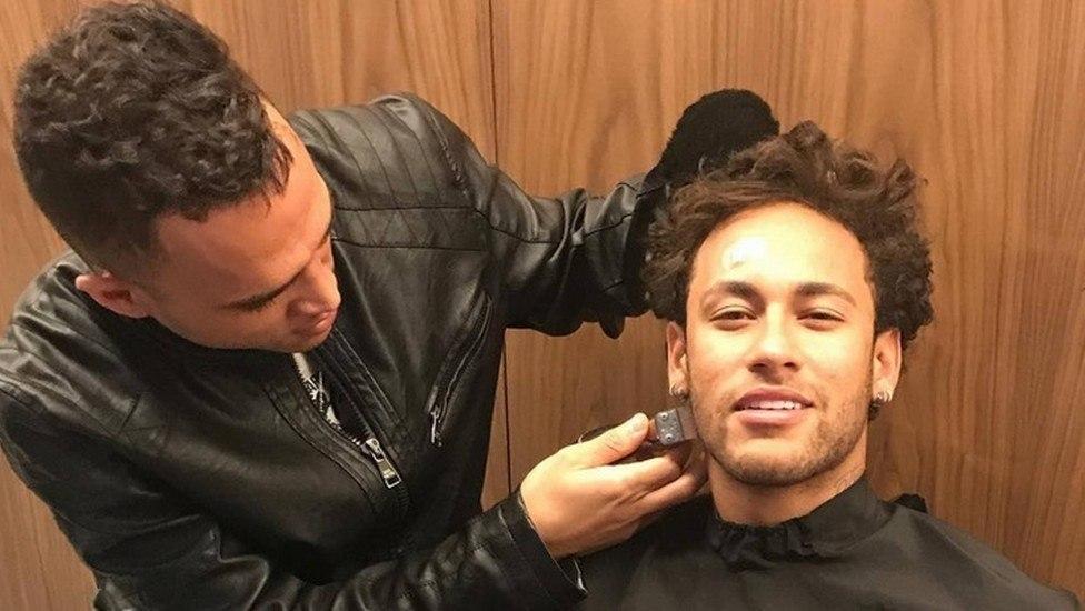 Neymar adorava esticar os cabelos. Podia não perceber, mas 'embranquecia' sua aparência