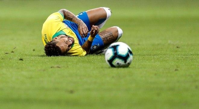 Neymar sofreu uma ruptura de ligamento no tornozelo