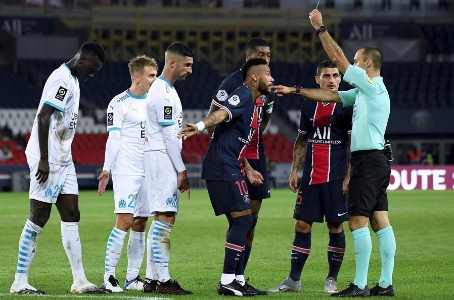 Neymar foi expulso por ter dado um soco na cabeça do espanhol