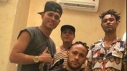 Neymar muda visual mais uma vez e aparece com trancinhas nos cabelos ()
