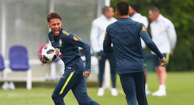 Neymar se diverte fora do campo jogando videogame e não perdoa quem perde
