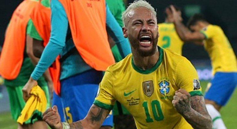 Neymar vibra com a vitória. Jogador provocou, recebeu pontapés, lutou. Venceu