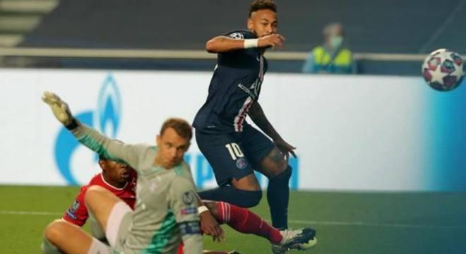 A chance, aos 17 minutos, da consagração de Neymar. Desperdício fatal