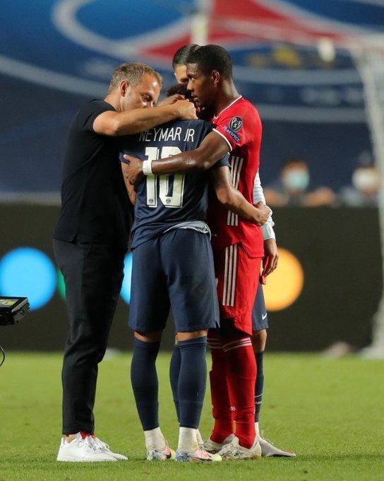 Neymar consolado pelo técnico do Bayern, Hans-Dieter Flick, e Alaba
