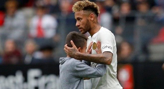 41b4810d21 Neymar dá camisa do PSG a menino que invadiu gramado para abraçá-lo ...