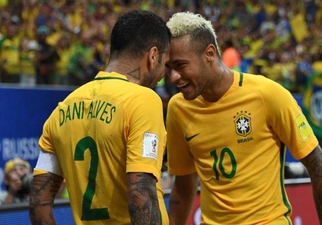 Influência sobre o instável atacante já ajudou mais Daniel Alves
