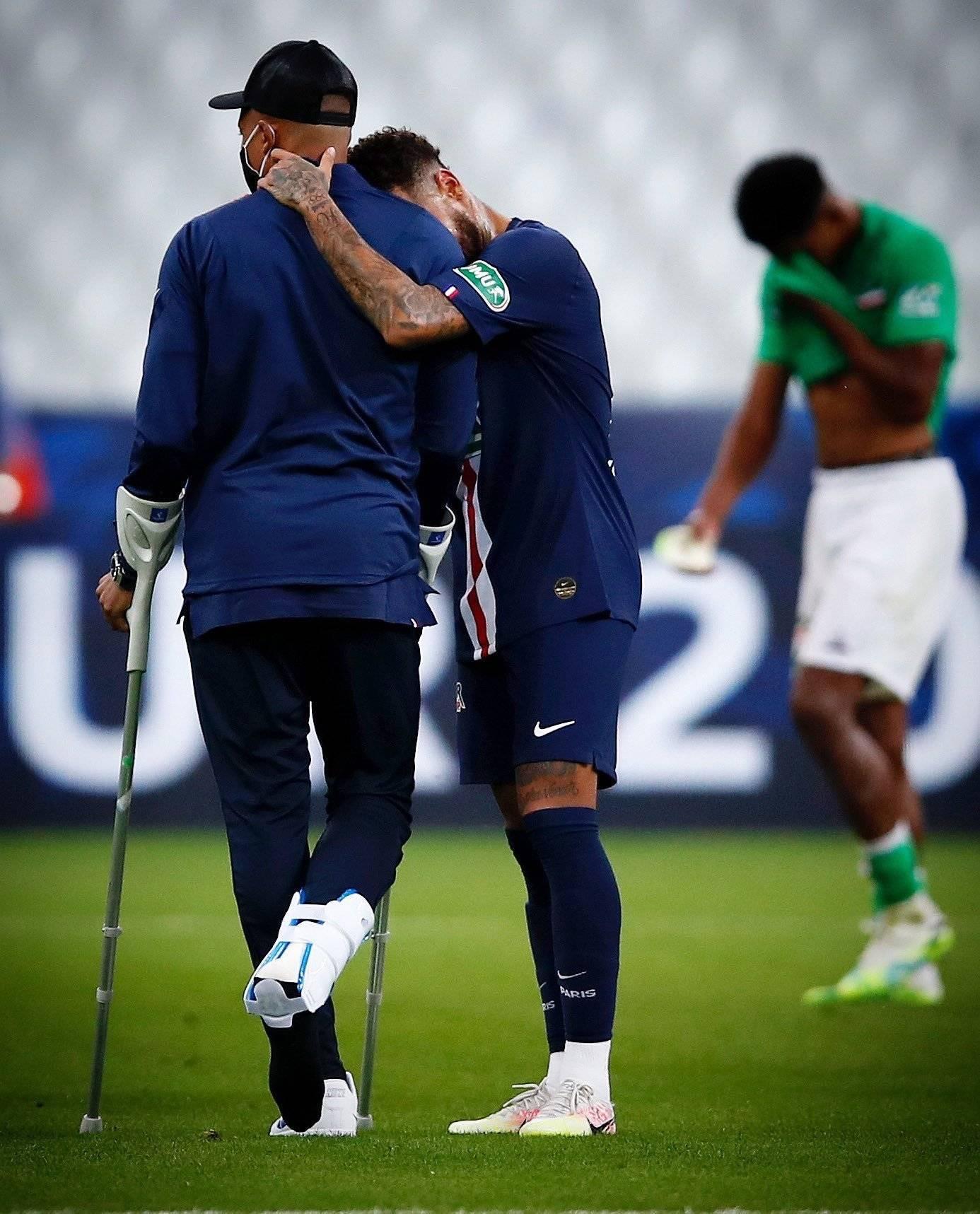 Neymar celebra o título com Mbappé. Com muletas e bota de proteção