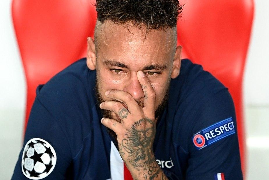 Neymar chora. Sabe que, se não focar no clube, não será o melhor do mundo. Nunca