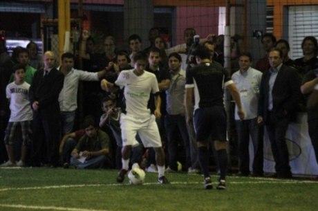 Neymar tem campo sintético em outra casa e instituto