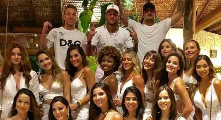 As farras de Neymar no final de ano no Brasil são tradicionais. A imprensa francesa se cansou