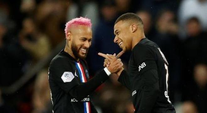 Neymar aproveita o baixo nível do Francês. Faz gols e se diverte com Mbappé