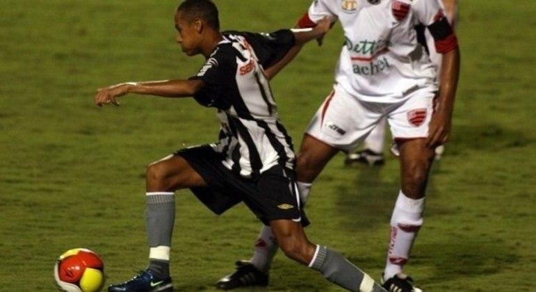 Desde 13 anos ele tinha contrato com a Nike. Na estreia como profissional, as chuteiras da marca
