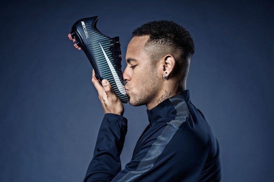 Neymar tem contrato com a Nike desde os 13 anos.