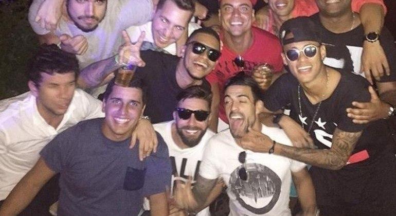 A repercussão da esbórnia não afeta Neymar. Faz o que quer