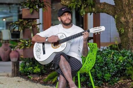 Um banquinho, um violão...