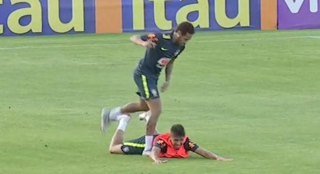 a803f8a523d9d Neymar derrubando o fã Weverton. Ele ousou driblá-lo no treino da Seleção