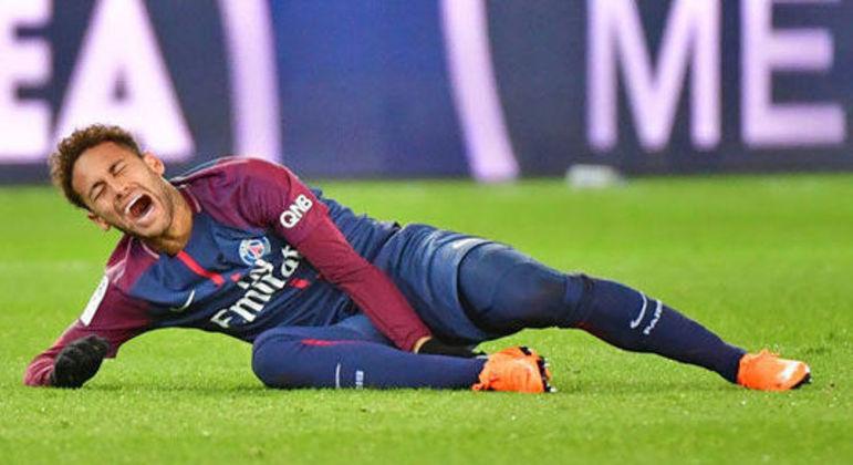 Neymar sofreu fratura, duas vezes, no quinto metatarso. As chuteiras eram Nike